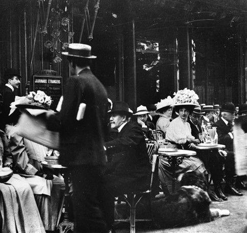 Paris IXème arr.. Terrasse du café de la Paix. Vers 1900. © Albert Harlingue / Roger-Viollet