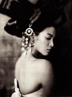 "Paolo Reversi, ""Hwangjini in Paris"". Vogue Korea June 2007. http://murmurs.tumblr.com/tagged/paolo-roversi"