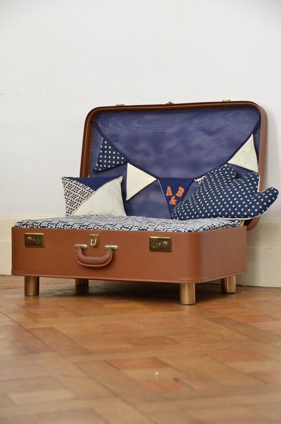 Cute dog bed in a vintage suitcase ! The dog bed is supplied with garland and two little pillows. Machine washable at 40°C max, anti-dust mite Made in France