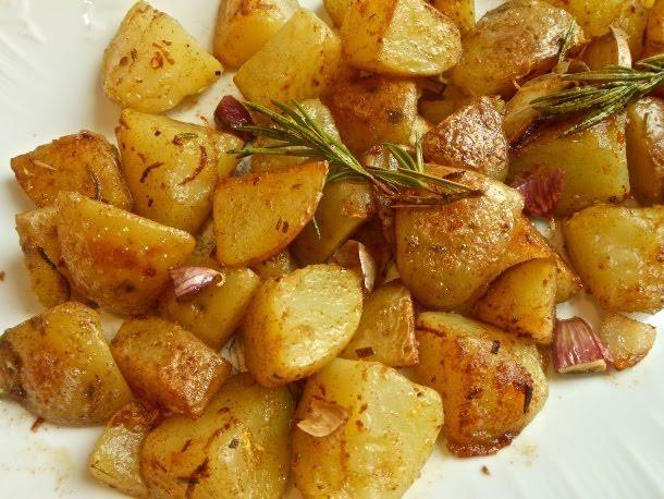 EL DELANTAL ROJO nos regala toda una 'señora receta' para los amantes de las patatas. ¡Mira cómo hacerlas con ajo y mantequilla!