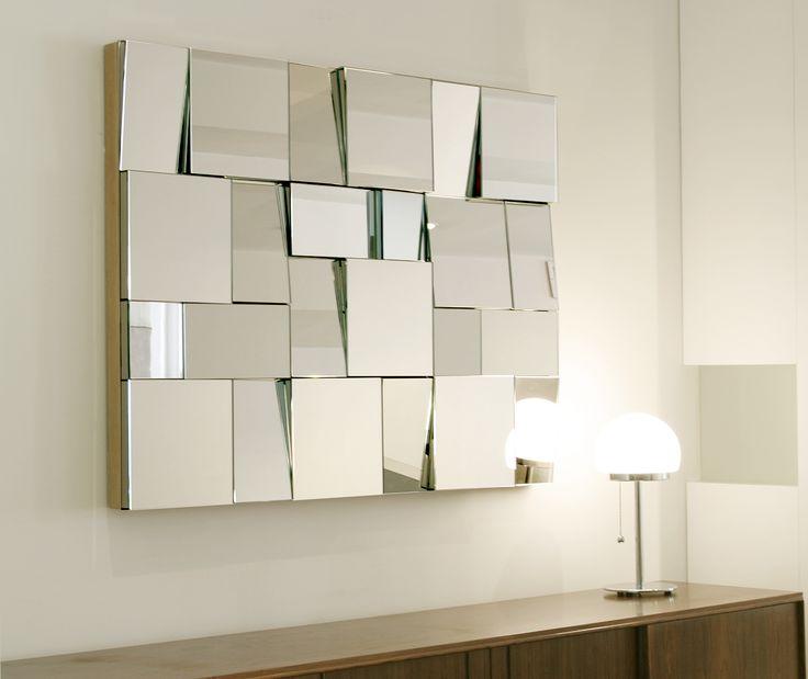 Ansamblu de oglinzi așezate în unghiuri variate. Efectul vizual - spectaculos!