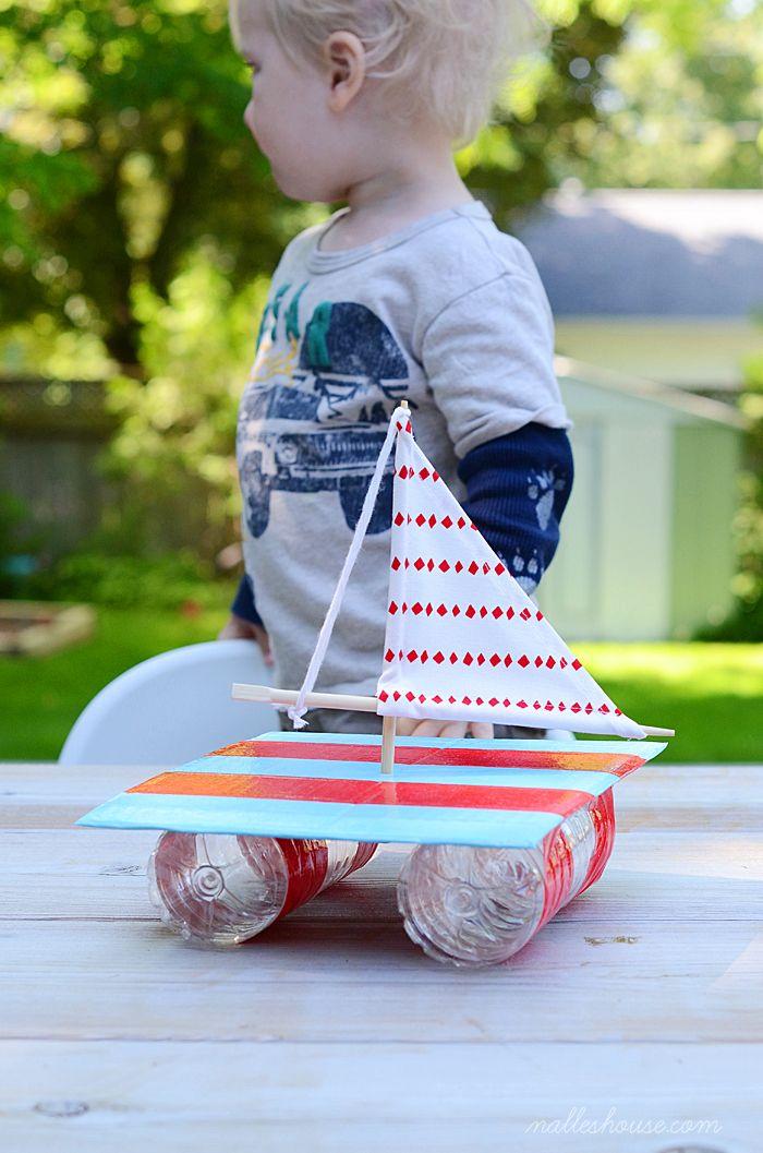 ¡Este bote flota! Con 2 botellas de plástico vacías y con tapa, hizo una balsa, pegándolas con cinta adhesiva gruesa. Le puso una vela y los mástiles son de palitos de comida china o sushi. ¡Y al agua!