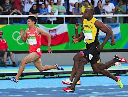 ゴールする桐生とボルト :フォトニュース - リオ五輪・パラリンピック 2016:時事ドットコム