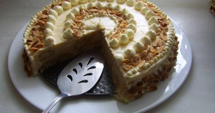Εξαιρετική συνταγή για Λεμονότουρτα. Εντυπωσιακή τούρτα!!! Αποτελεί ιδανική λύση όταν θέλουμε κάτι γρήγορο και νόστιμο σε μορφή τούρτας! Λίγα μυστικά ακόμα Η τούρτα αυτή είναι της κυρίας Αλεξιάδου. Είναι από τις αγαπημένες μου,γιατί είναι ιδιαίτερα ελαφριά και μου αρέσει πολύ το άρωμα λεμόνι που έχει.Μη σας εκπλήσσει η μαυροδάφνη, είναι νοστιμότατη.Αμυγδαλάκι φιλέ μπορούμε να ρίξουμε και στην πρώτη στρώση της κρέμας, για ακόμα περισσότερη γεύση.Κάλό είναι να καταναλωθεί μετά από αρκετές…