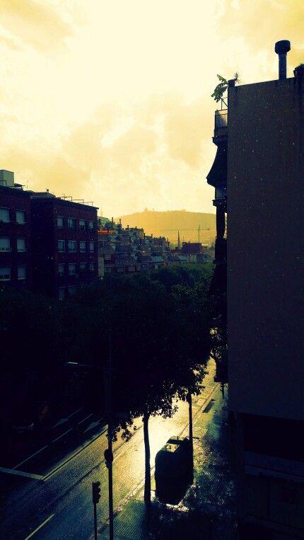 Paseo Maragall en Barcelona, Cataluña, un día de lluvia y sol