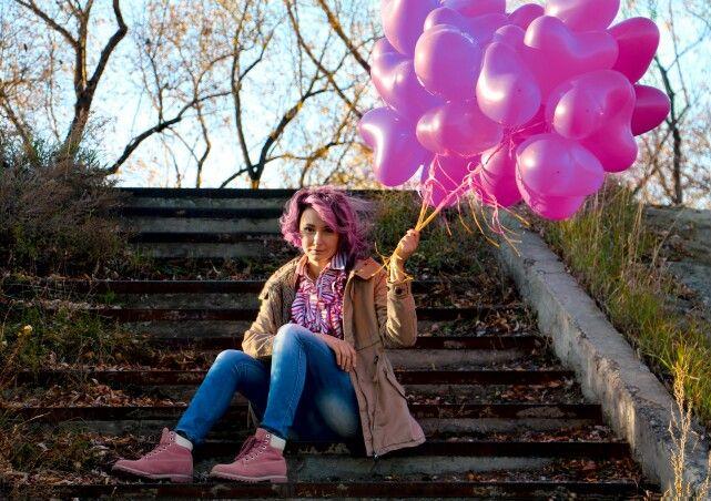 #Девушка #воздушные #шары #розовые #волосы ступеньки утро солнце #foto #girl  креатив локоны