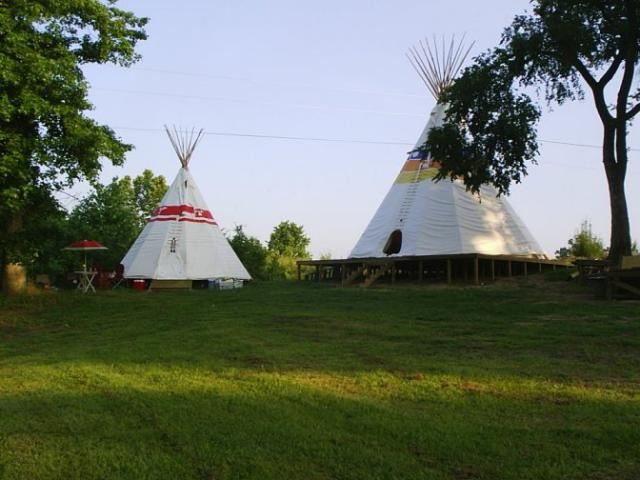 Unique and Unusual Hotels in Arkansas: Diamond John's Riverside Retreat Teepees * If you're visiting Murfreesboro for the diamond mine, you might consider staying in a teepee. Diamond John's has four teepees along the Little Missouri river. The teepees accommodate up to four people and actually have queen-sized beds. Diamond John's also has cabins, but you can stay in a cabin any day. How often are you going to get to stay in a teepee?