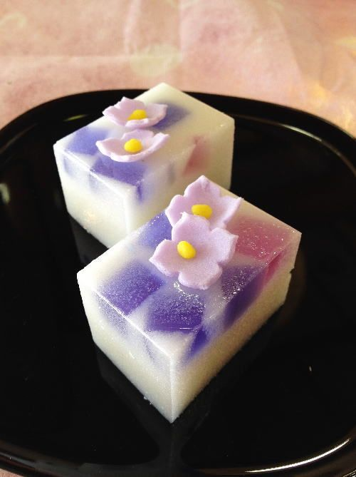 That looks good.... dont know what its called but I WANT TO EAT IT! <3 Japanese Sweets, 【楽天市場】【錦玉(きんぎょく) あじさい 白】:金米堂本店