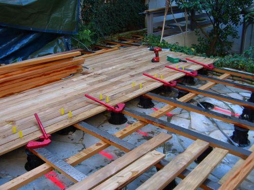 Maison bois sur plots dalle en pierre bleue pour for Plot plastique terrasse