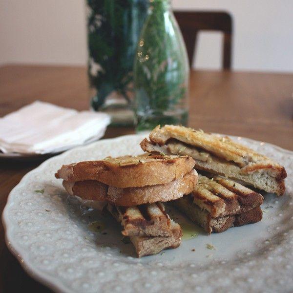 Tosta de cogumelos grelhados com azeite e orégãos. #oficinacc