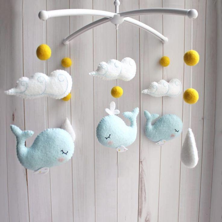 Оригинальный детский мобиль для мальчика Голубой Кит в подарок новорожденному малышу. Изысканная игрушка ручной работы – среди белоснежных волн играют три веселых китенка. Материал игрушек гипоаллергенный. Отдельно можно приобрести кронштейн и муз.элемент. Творческая идея, ручная работа, экскл
