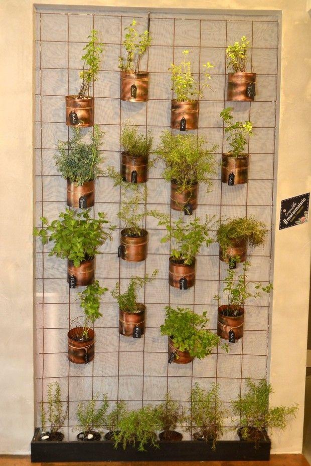 jardim vertical latas : jardim vertical latas:Horta vertical com latas de extrato de tomate italiano que pertenciam