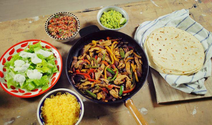 Házi tortillába tekert csirke fajitas csípős paradicsom salsával és guacamoléval