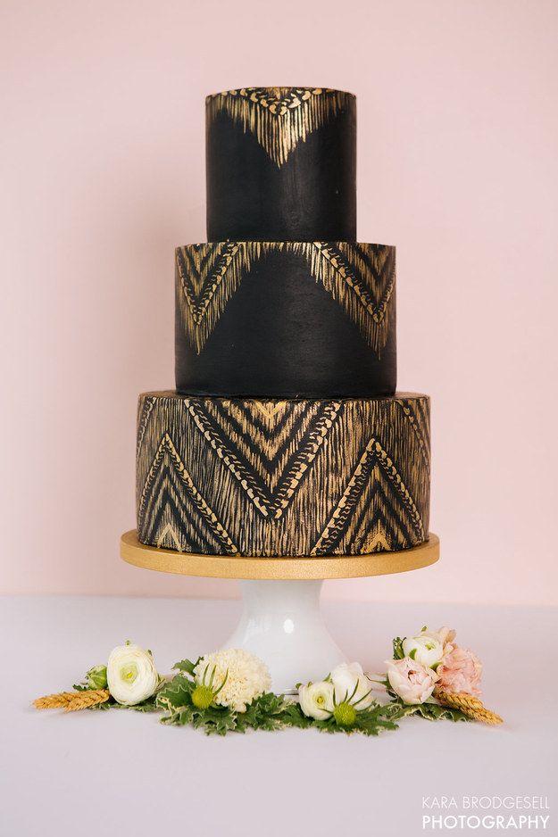 Este bolo preto e dourado insinuante.
