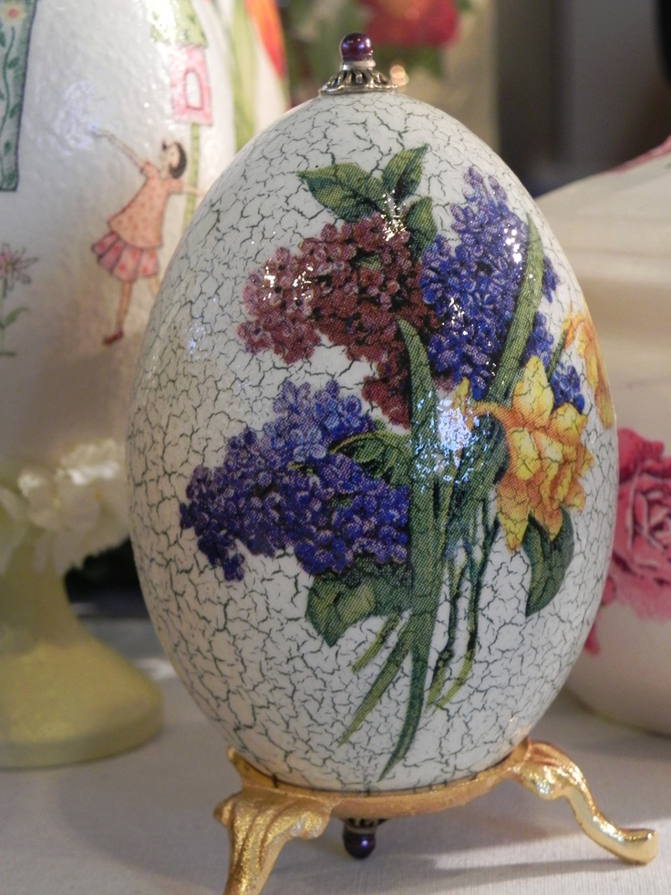 Gęsie jajko ozdobione technika decoupage . Geese egg created using decoupage