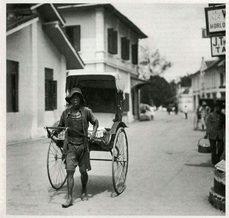 A rickshaw puller in Hűttenbachstraat Medan circa 1925.