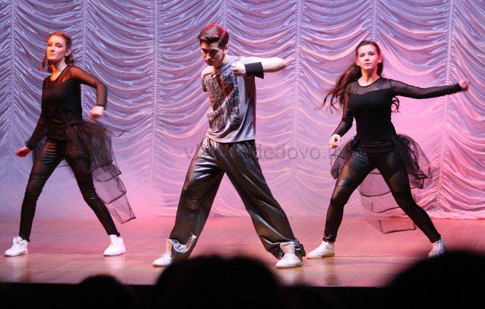 Пять лет назад, нынешний руководитель коллектива Сергей Якушин, организовал на базе молодежного центра Победа танцевальную группу. За эти годы состав несколько поменялся. За то стиль всё так же узнаваем зрителями.