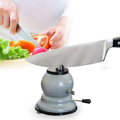 Un chef tiene sus herramientas a punto