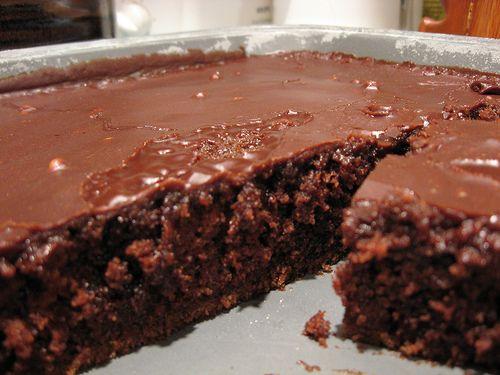 Σοκολατόπιτα με γλάσο σοκολάτας με καρύδια