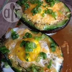 Zdjęcie do przepisu: Jajka zapiekane w awokado