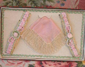 20s giarrettiera Set - nastro Rose - rosa seta giarrettiere & Lacy fazzoletto Hanky Set - Flapper in scatola regalo di Natale - ottime condizioni