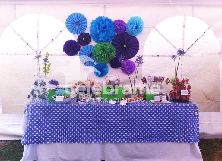 Mesa de dulces para XV años en colores morado, verde limón y azul / Candy and snack bar in purple, lime green and blue. Facebook: Celébrame