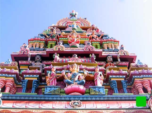 LES TEMPLES HINDOUS MAURICIENS Des temples riches en couleurs La principale religion de l'île est l'Hindouisme, suivie du Catholicisme, de l'Islam et des religions chinoises. Environ 50% des Indiens vivant sur l'Ile sont de religion hindoue, et n'hésitent pas à se rendre dans ces magnifiques endroits qui sont un véritable mariage de couleurs.