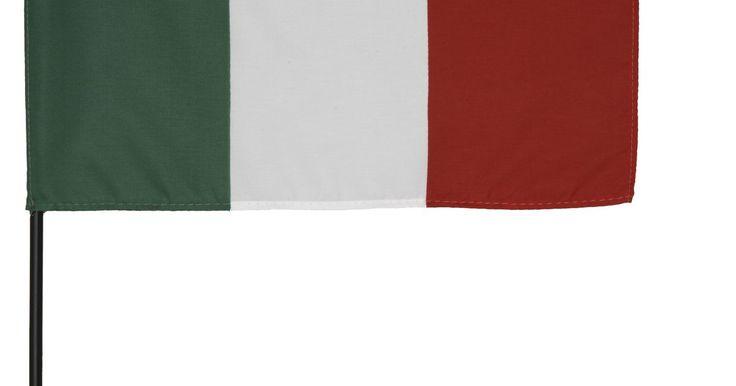 Trajes tradicionales italianos para varones. Si eres anfitrión o asistirás a una fiesta de temática italiana o quieres disfrazarte para Halloween, hay mucha variedad de trajes italianos. Como hombre, la cultura italiana te ofrece una amplia gama de ideas de disfraces que van desde el histórico atuendo italiano de Julio César a los pantalones cortos de box de Rocky Balboa. Hay varios géneros ...