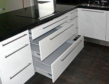 Bílé zásuvky do kuchyně