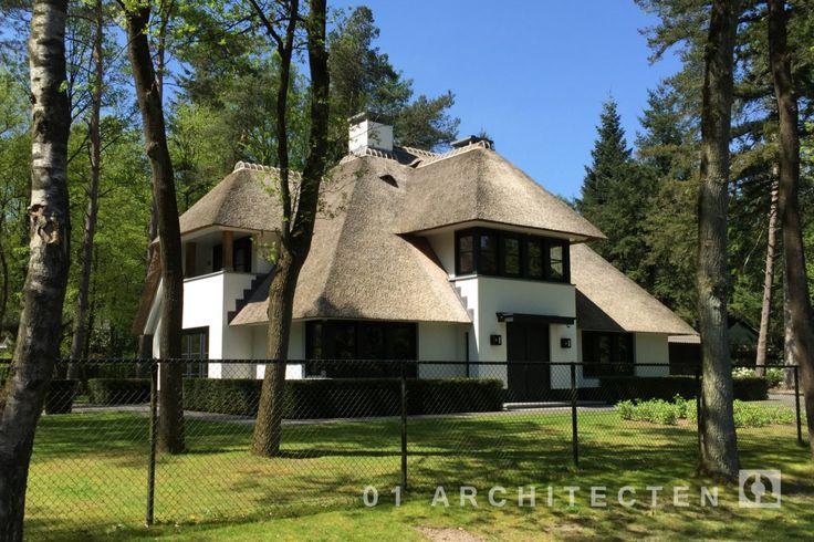Stijlvolle witte villa met riet, zwarte kozijnen en eikenhouten accenten in de omgeving van Apeledoorn