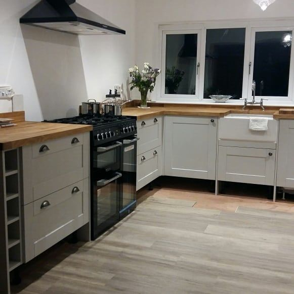 @No_3_fountain_terrace sent us a picture of their beautiful Fairford Dove Grey kitchen. This includes Solid Oak worktops, the Belfast sink, and all fitted Lamona appliances. For more inspiration, visit Howdens.