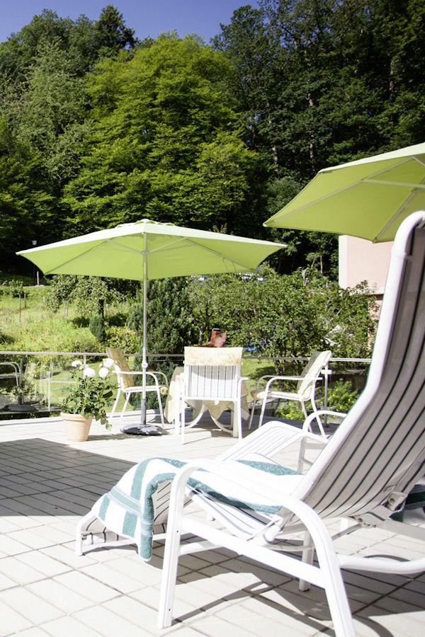 Morgens vom sanften Licht der Sonne geweckt werden, gemütlich frühstücken. Im Hotel Morgensonne***S beginnt der Tag echt entspannt. Es ist himmlisch ruhig, durch den großen Garten ist die Natur sehr nah. Ihr könnt hier einen Tag im Liegestuhl im Garten verbringen, Wandern, Rad fahren, in den Ort spazieren, die nahe gelegene Cassiopeia Therme besuchen oder bei einem Tagesausflug den Schwarzwald, das Elsass, Freiburg oder Basel erkunden. Tipp: in der Morgensonne kocht der Hausherr noch selbst!