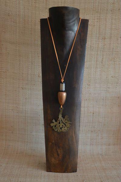 Colgante de #madera, asta de toro y pieza de bronce del árbol de la vida, montado en antelina naranja