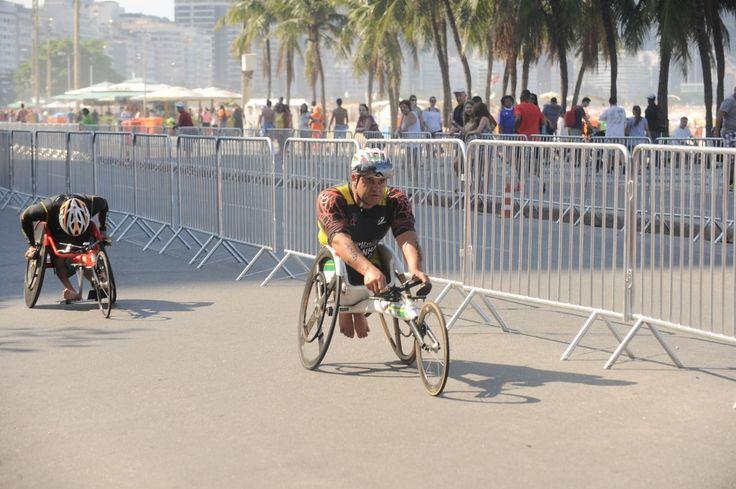 Segundo evento-teste para os jogos olímpicos Rio 2016 acontece na praia de Copacabana. Atletas paralímpicos realizaram as provas do paratriatlo nessa manhã
