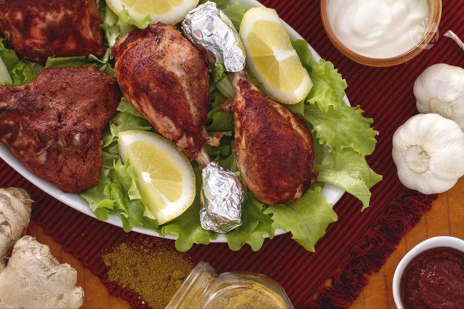 Il pollo tandoori è un piatto tipico della cucina indiana: cosce di pollo marinate in una salsa a base di spezie e yogurt e cotto in forno!