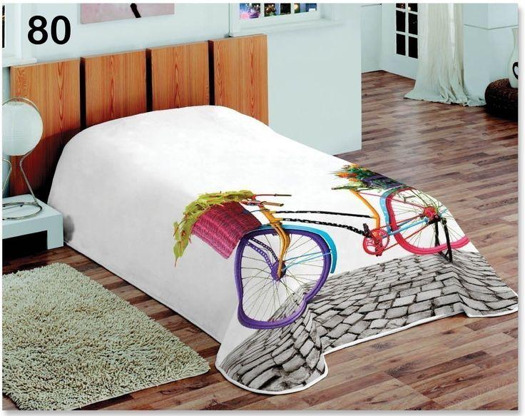 Kolorowy rower koce białe na łóżka