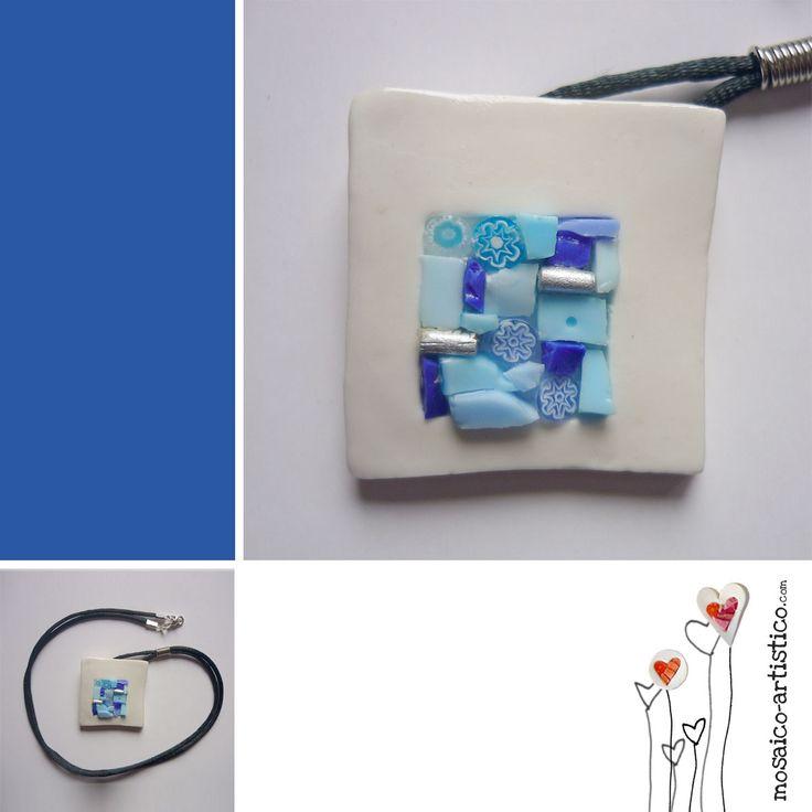 Collar en porcelana, mosaico y murrina de cristal e incrustación de metal con hilo negro. La tonalidad es la del plumbago