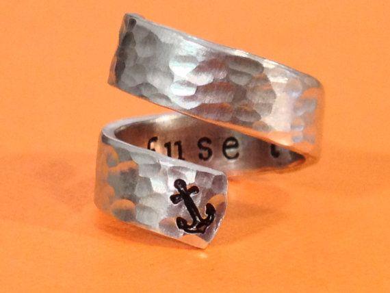 Wunderbare Wendung Aluminium Ring Silberherz mit den Worten Ich weigere mich, Waschbecken Wer wurde von Hand gestempelt auf der Innenseite einer gehämmerten Band. Eine kleine Anker auf der Außenseite einbrennlackiert. Bevorzugen Sie Ihre eigenen Angebot, lassen Sie es uns wissen, dann werden wir Stempel, was Sie wollen, ohne zusätzliche Kosten. Wenn keine Größe angegeben ist, schicke ich eine mittlere. Stanzen von hand gemacht, jeder Brief, Name oder Design kann geringfügige Abweichungen...