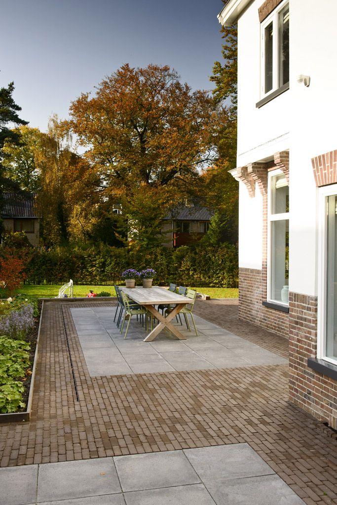 Mooie combinatie van Bylandt gebakken klinkers en betontegels in een klassieke tuin #klaverdroomtuin