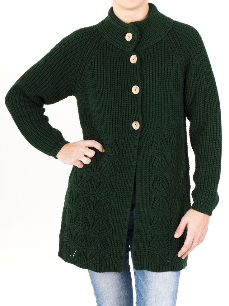 Chaqueta de punto para mujer con cuello doble calado, ideal para la temporada de frío. Está abrochada con 4 botones y tiene un diseño muy original.
