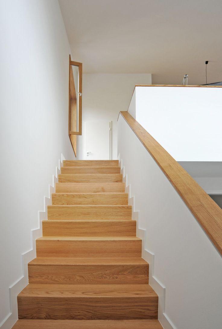 so eine Treppe! Aber wozu dienen die kleinen weißen Absätze an den Stufen? Sind die nötig?