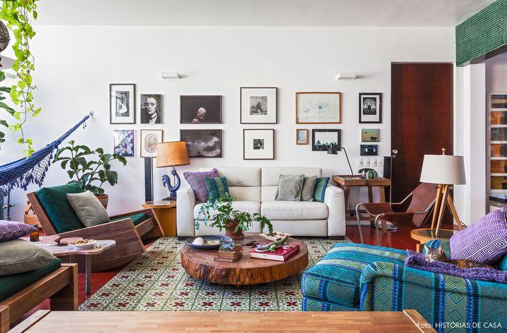 """A sala de estar ganhou um """"tapete"""" de ladrilhos hidráulicos. Na decoração, móveis de design assinado se juntam a outras peças rústicas."""