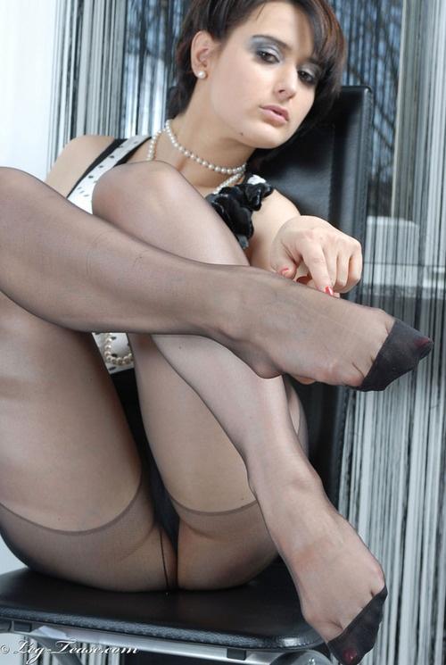 Filles nues sur les chaussettes d'orteils pouce ongles