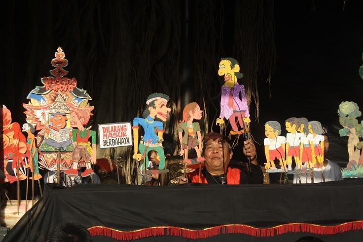 """Pentas dalang boneka Bagong Soebardjo dari Sanggar Wayang Boneka Yogyakarta berjudul """"Kembali Ke Sekolah"""" dalam event Gelar Seni 2011 di Taman Budaya Yogyakarta, Minggu (30/7)"""