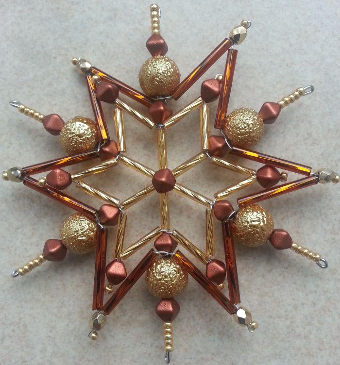 Vánoční hvězda - zlatoskořicová Třpytivá ozdoba na vánoční stromeček, do okna či na sváteční stůl vám udělá radost a dotvoří sváteční atmosféru,Je vyrobena ze skleněných korálků, její velikost je 11,5cm