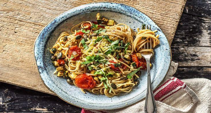 Pasta aglio olio is een echte klassieker uit de Italiaanse keuken. Oorspronkelijk is het een eenvoudig pastagerecht met enkel knoflook, olijfolie en peterselie. Jij maakt er deze week een volwaardig hoofdgerecht van door cherrytomaat, courgette en oude kaas toe te voegen.