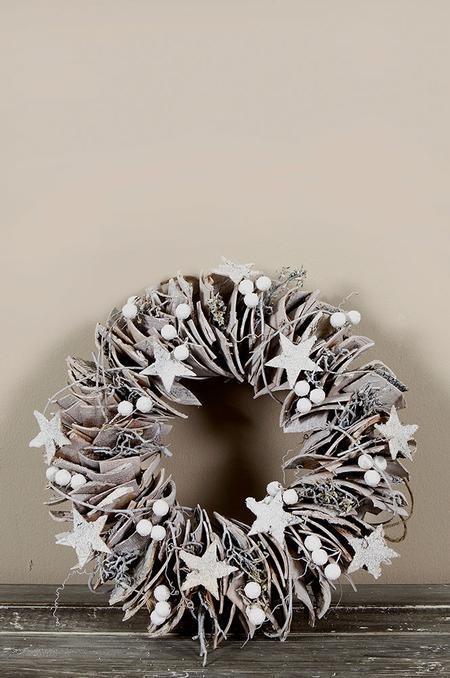 Kerstkrans met stukjes berkenschors