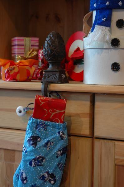 Öntöttvasból készült karácsonyi zokni tartó. Alkalmas kandalló vagy könyvespolc szélére.