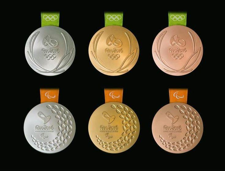 リオデジャネイロ五輪のメダル(上段)とパラリンピックのメダル(組織委提供・共同)
