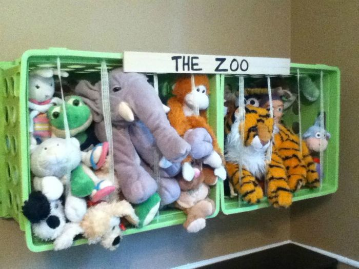 «Зоопарк» из пластиковых контейнеров и эластичных лент - отличная идея для хранения мягких игрушек.